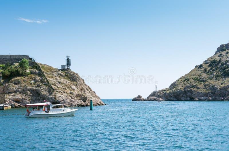 Paisaje marino con los acantilados costeros imagenes de archivo