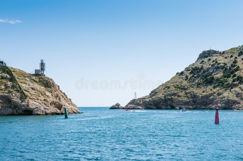 Paisaje marino con los acantilados costeros fotos de archivo