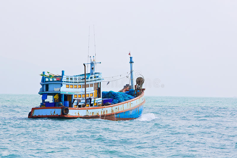 Paisaje marino con un barco en colores azules imágenes de archivo libres de regalías