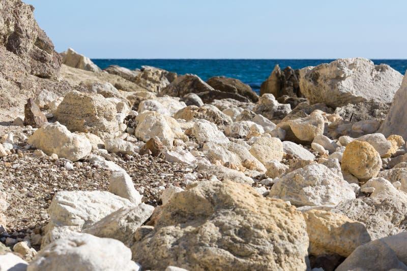 Paisaje marino crimeo con la playa rocosa, derramada con los guijarros grandes foto de archivo libre de regalías