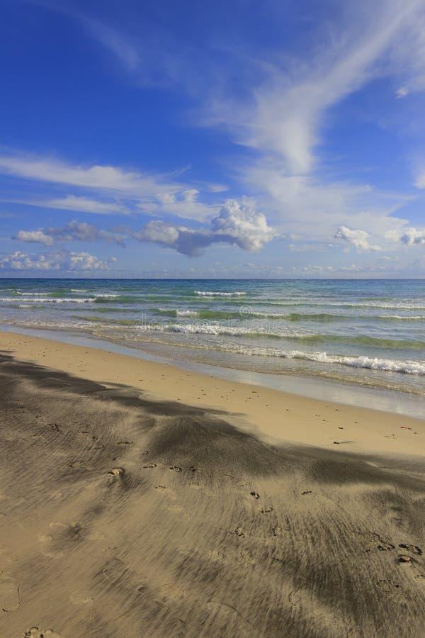 Paisaje marino de Apulia: mar Mediterráneo Salento: Playa de Alimini, Italia Horizonte dominado por las nubes foto de archivo