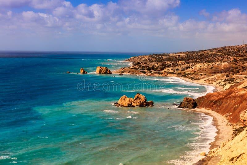 Paisaje marino de Chipre con la roca del Aphrodite fotos de archivo libres de regalías