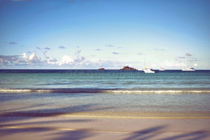 Paisaje marino de la isla de Seychelles Praslin con el océano y los yates tranquilos fotografía de archivo