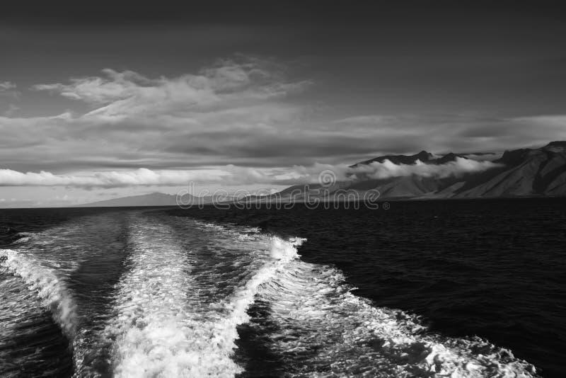 Paisaje marino de la isla y del océano en blanco y negro con las nubes y Wak imágenes de archivo libres de regalías