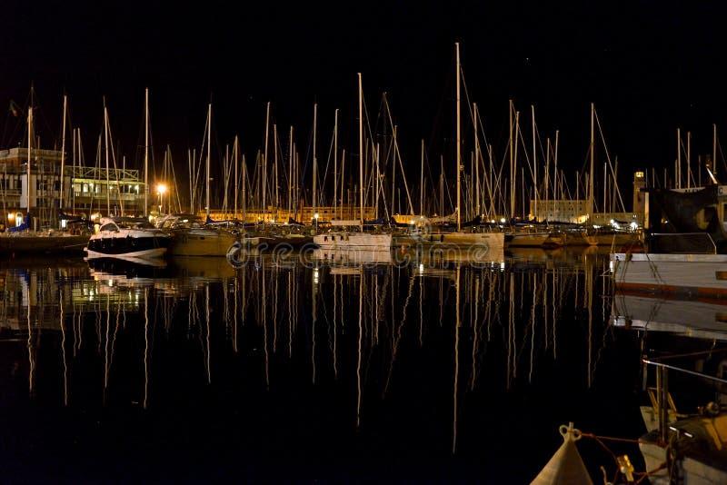Paisaje marino de la noche de Trieste de Marina San Giusto por completo del barco de navegación amarrado foto de archivo