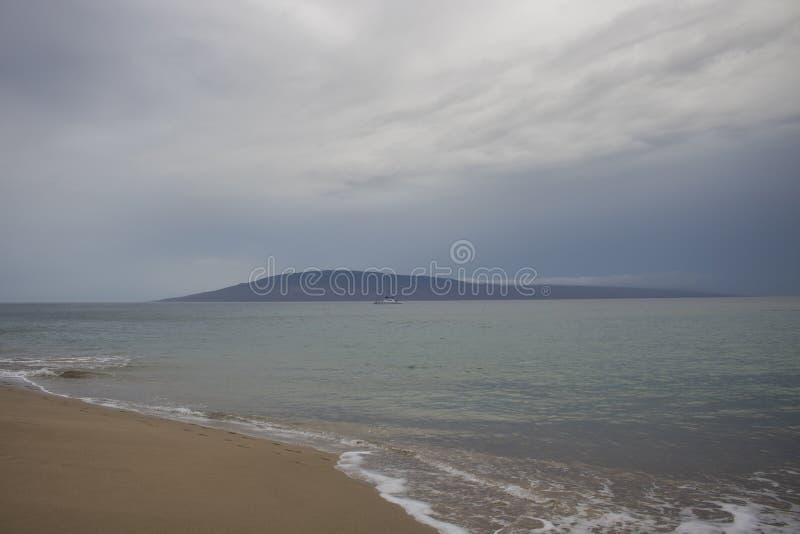 Paisaje marino de la playa con el huracán tropical Maui H de la tormenta de los cielos nublados fotografía de archivo libre de regalías