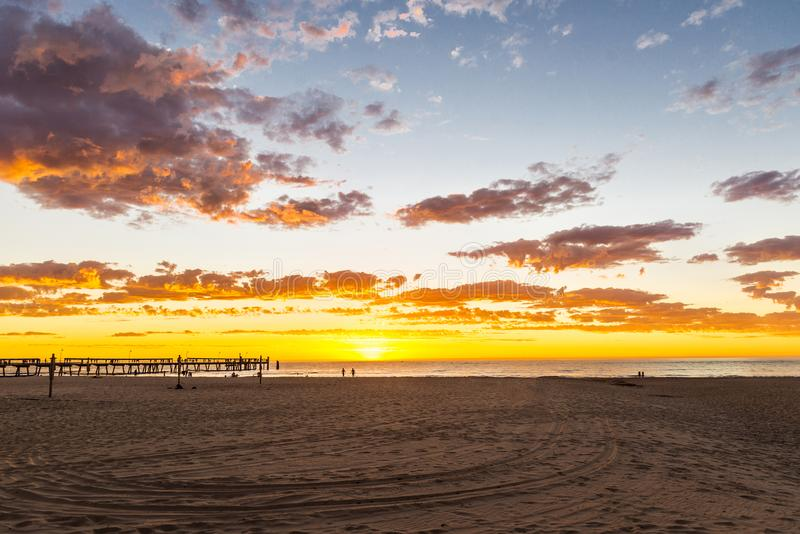Paisaje marino de la puesta del sol gloriosa en la playa de Glenelg, Adelaide, Australia imagen de archivo
