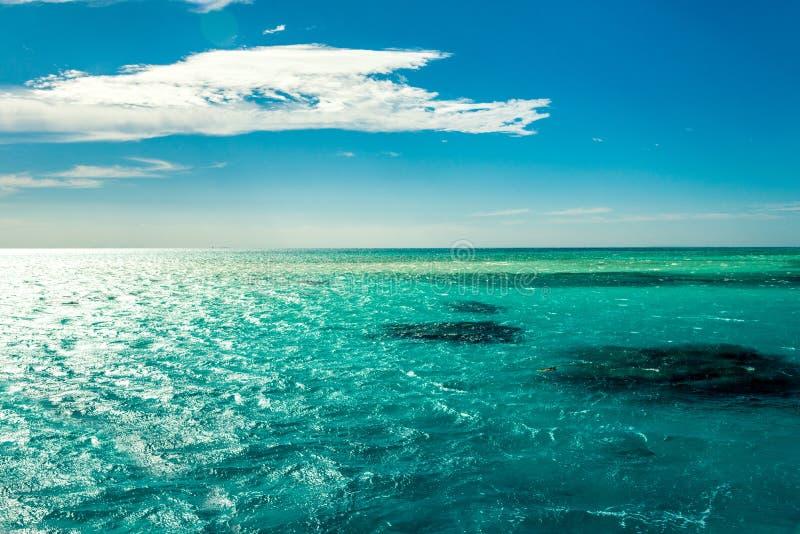 Paisaje marino de Minimalistic, mar azul y cielo con el marco blanco de las nubes en general imagen de archivo