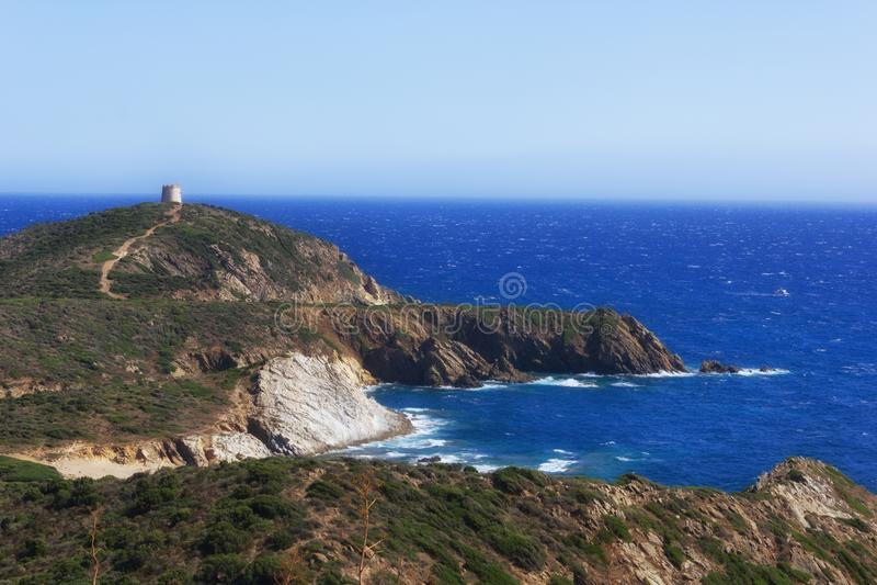 Paisaje marino de Teulada en Cerdeña, con el mar y la torre de Piscinni - Italia fotografía de archivo
