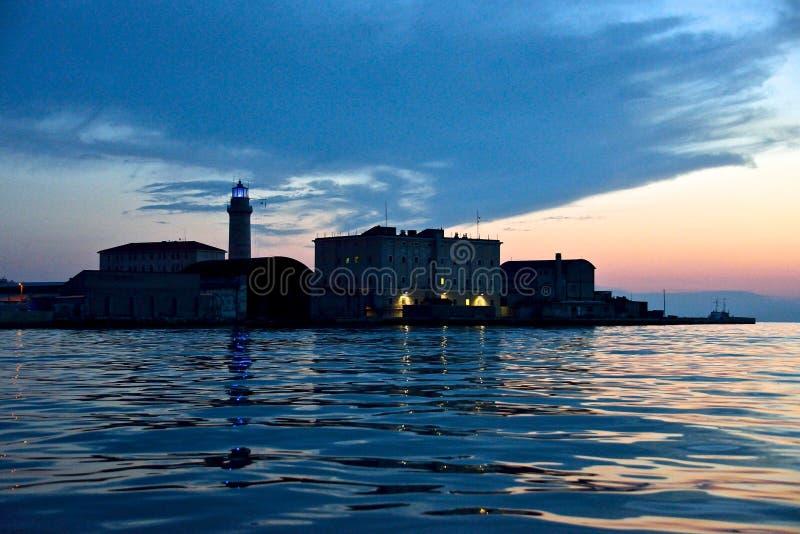 Paisaje marino de Trieste con el faro de Lanterna visto del mar fotos de archivo libres de regalías