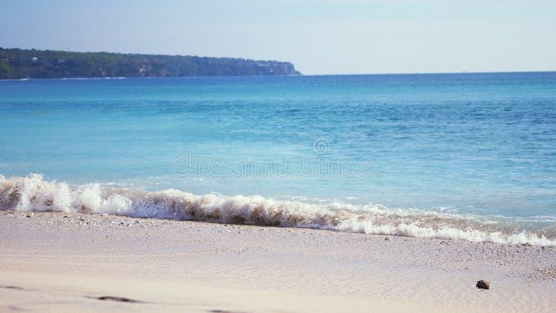 Paisaje marino del océano escénico con la onda grande que se estrella en orilla arenosa bali fotografía de archivo libre de regalías