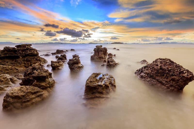Paisaje marino durante ocaso Paisaje marino natural hermoso del verano imagen de archivo libre de regalías