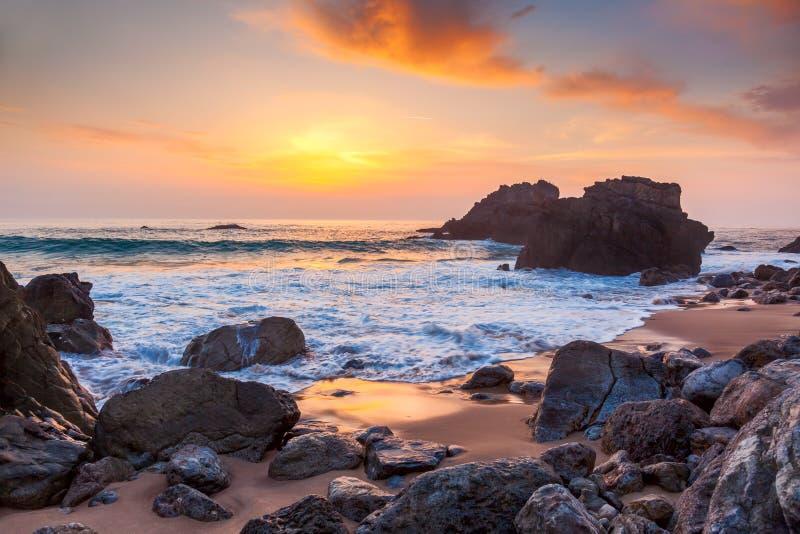 Paisaje marino en el tiempo de la puesta del sol, la costa del océano, Portugal fotos de archivo