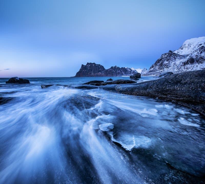 Paisaje marino en la orilla de mar de Noruega foto de archivo