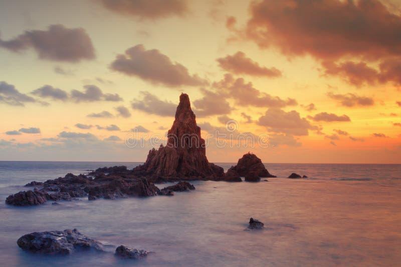Paisaje marino en la puesta del sol en el filón de la sirena, Cabo de Gata Natural Park, España fotos de archivo libres de regalías