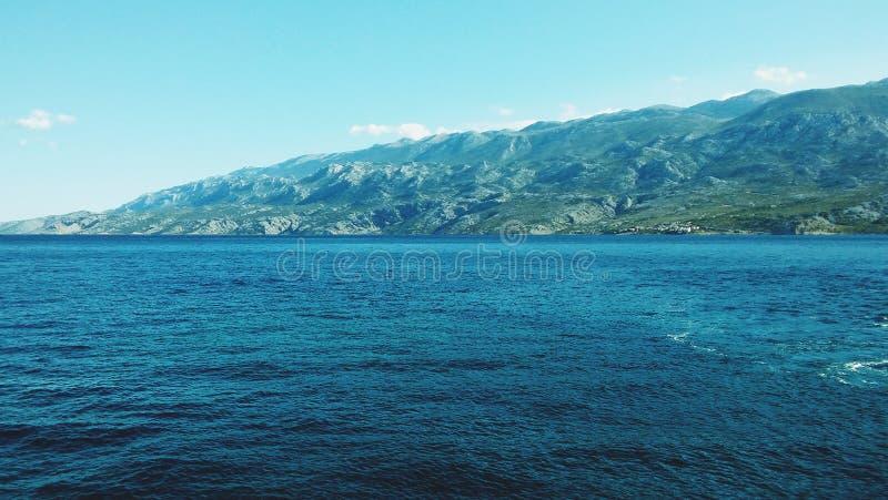 Paisaje marino estético satisfecho del mar adriático con la costa costa en el fondo fotografía de archivo