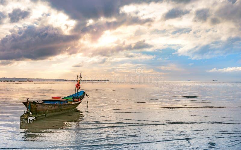 Paisaje marino hermoso de la calma con el pequeño barco de pesca y el cielo nublado foto de archivo