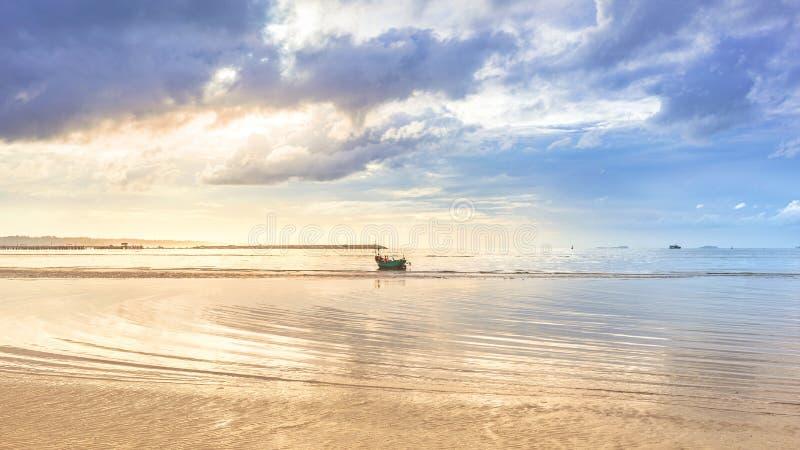 Paisaje marino hermoso de la calma en salida del sol de oro de la mañana imágenes de archivo libres de regalías