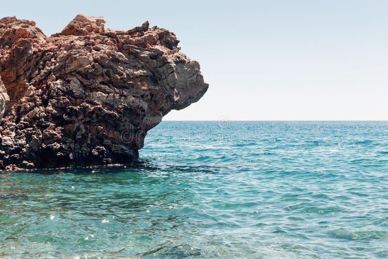 Paisaje marino hermoso Paisaje marino en el fondo de la playa salvaje de la costa rocosa salvaje, del agua azul y de las rocas Av fotografía de archivo libre de regalías