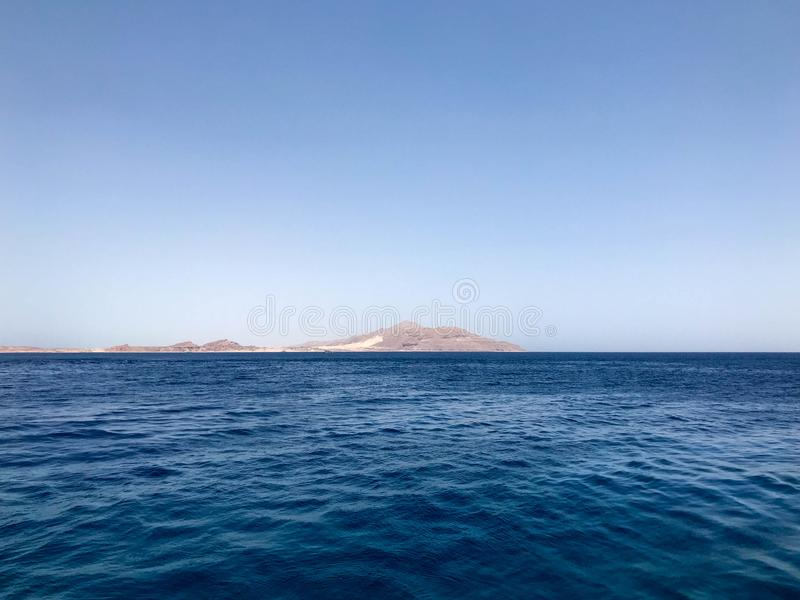 Paisaje marino hermoso que pasa por alto el mar azul de la sal, montañas arenosas amarillas en el balneario tropical fotos de archivo libres de regalías