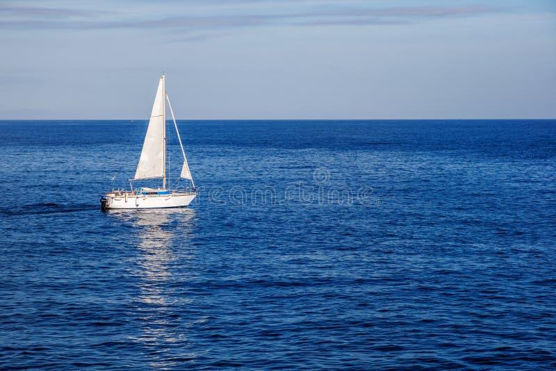 Paisaje marino hermoso, velero blanco en el mar azul, romance de t fotos de archivo libres de regalías