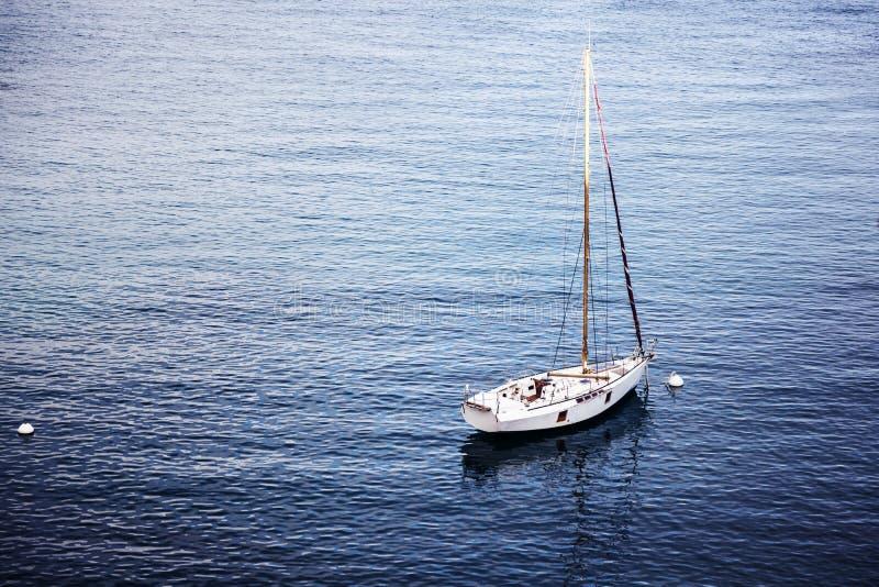 Paisaje marino hermoso, velero blanco en el mar azul, romance de t imagen de archivo libre de regalías