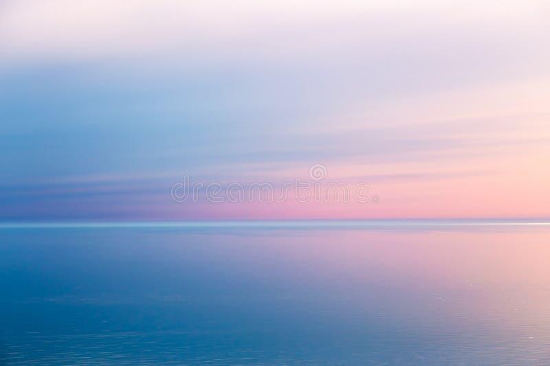 Paisaje marino idílico con color rosado de la tarde fotografía de archivo