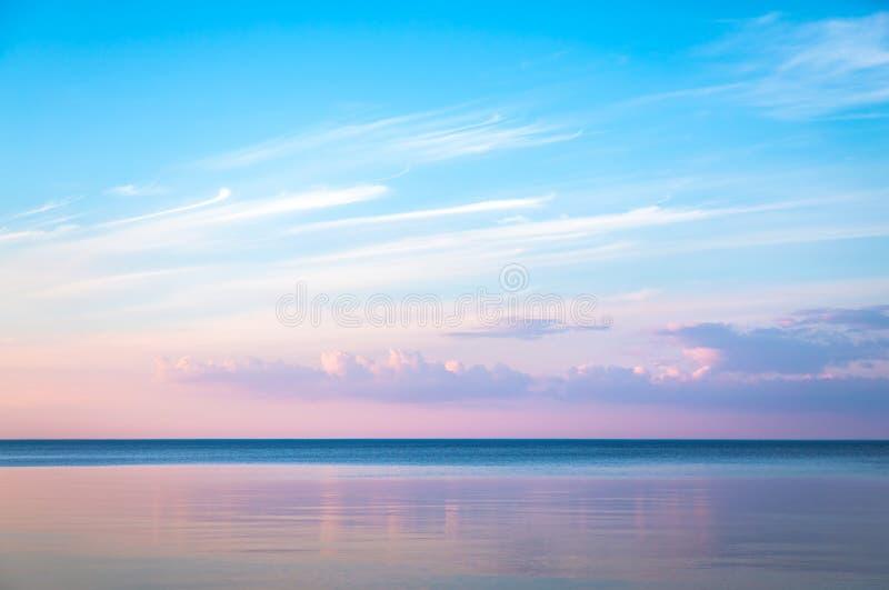 Paisaje marino id?lico con color rosado de la tarde fotografía de archivo