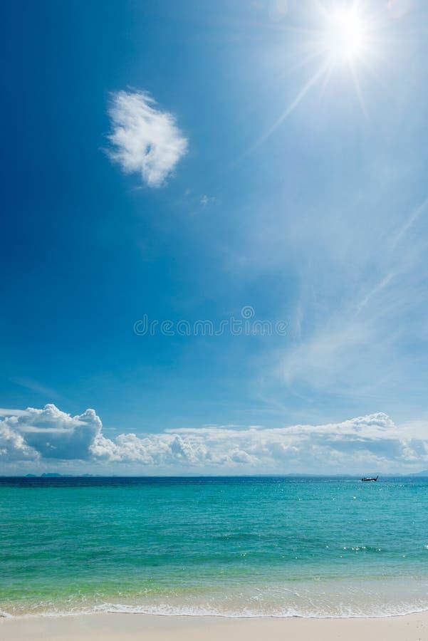 Paisaje marino idealista hermoso en un día soleado fotos de archivo