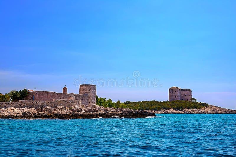 Paisaje marino increíble Torre vieja en una orilla rocosa por el mar, bahía de Boka-Kotor, imagenes de archivo