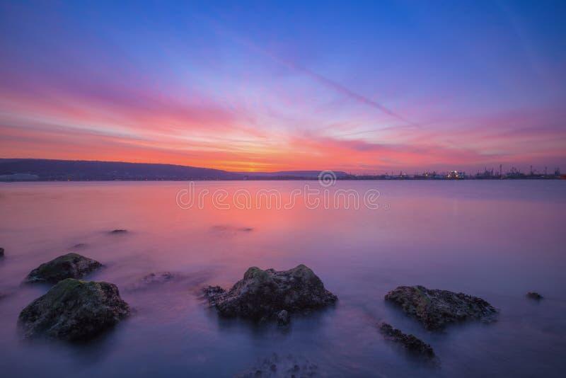 Paisaje marino largo de la exposición después de la puesta del sol fotos de archivo libres de regalías