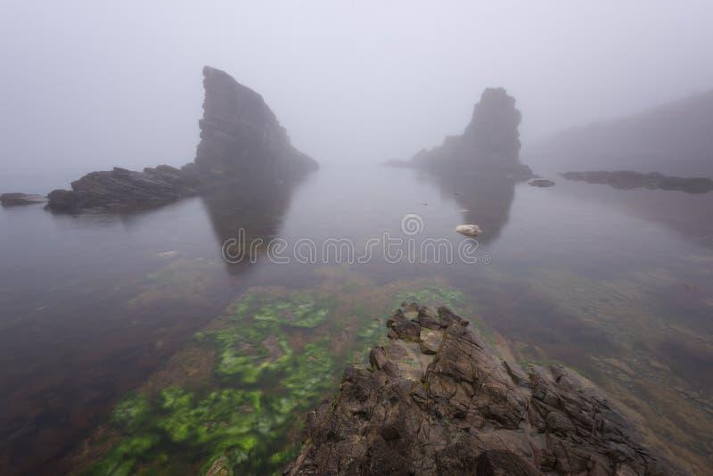 Paisaje marino magnífico sobre el fenómeno de la roca las naves, pueblo de Sinemorets, Bulgaria Tiempo brumoso fotos de archivo libres de regalías
