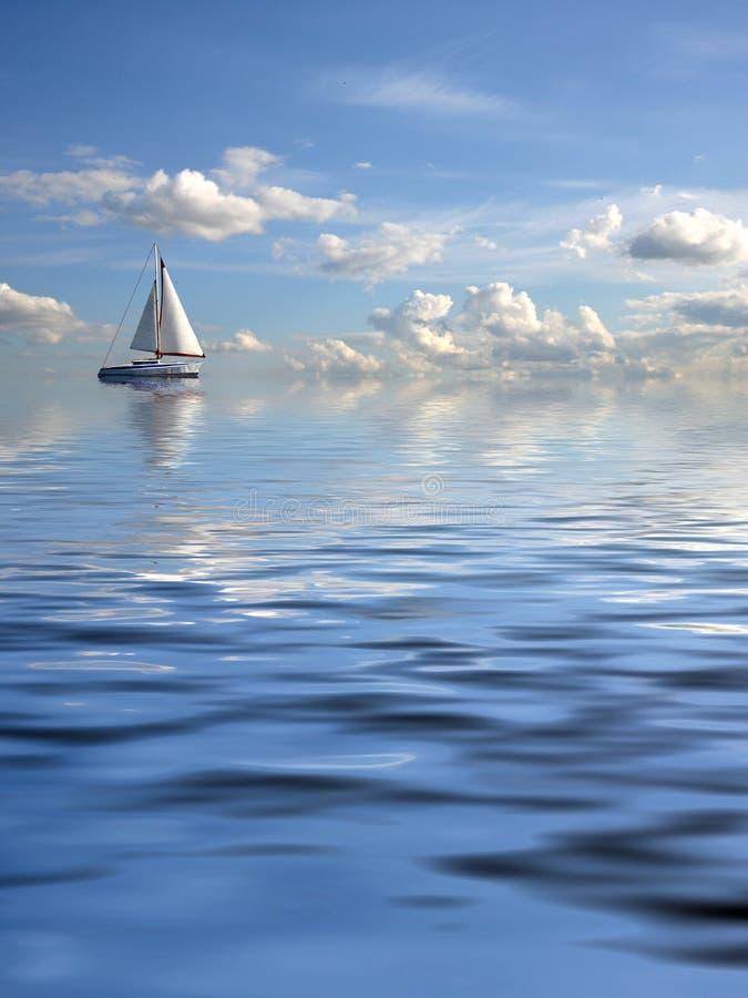 Paisaje marino nublado con una nave fotografía de archivo