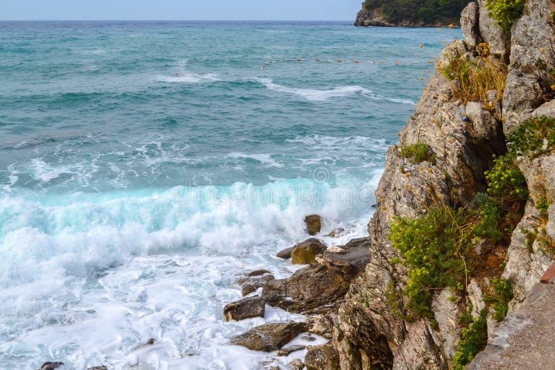 Paisaje marino Ondas y espuma grandes del mar adriático fotografía de archivo