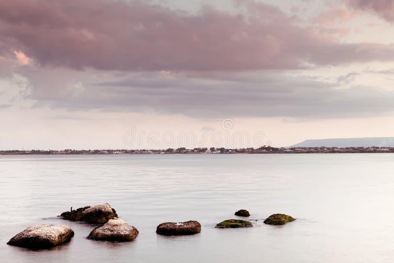 Paisaje marino pacífico - cielo y rocas del agua foto de archivo