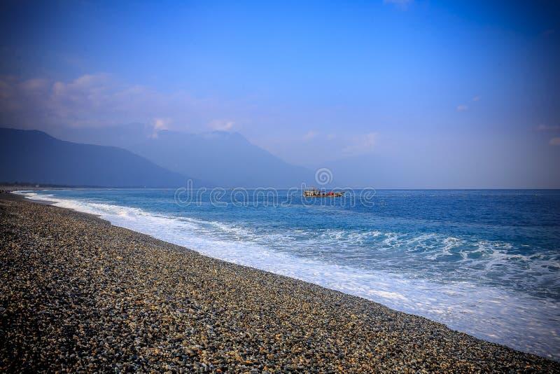 Paisaje marino pacífico del mar del sur de China de la madrugada del barco de pesca fotografía de archivo libre de regalías