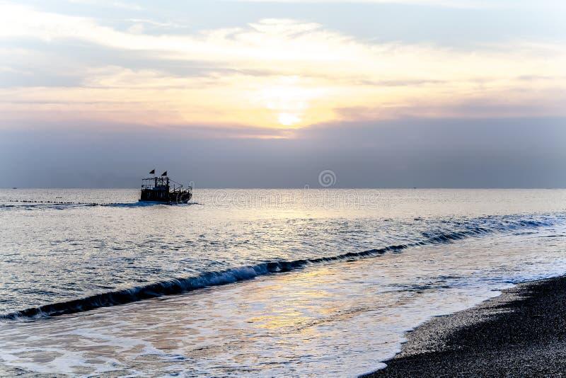 Paisaje marino pacífico del mar del sur de China de la madrugada del barco de pesca fotos de archivo libres de regalías