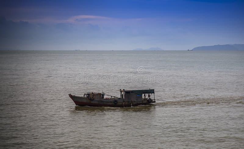 Paisaje marino pacífico del mar del sur de China de la madrugada del barco de pesca foto de archivo libre de regalías