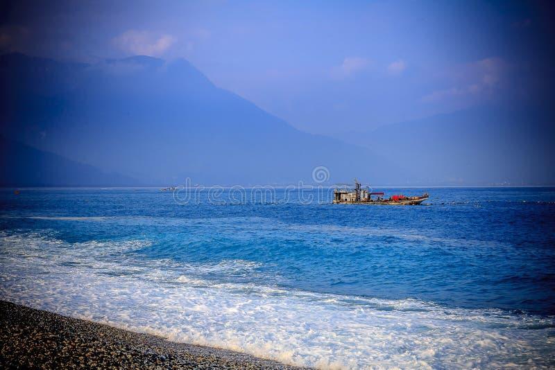 Paisaje marino pacífico del mar del sur de China de la madrugada del barco de pesca imagen de archivo