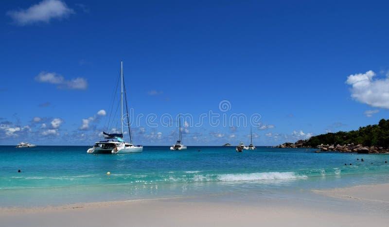 Paisaje marino pintoresco con vistas a los yates blancos Isla de Praslin Seychelles imágenes de archivo libres de regalías