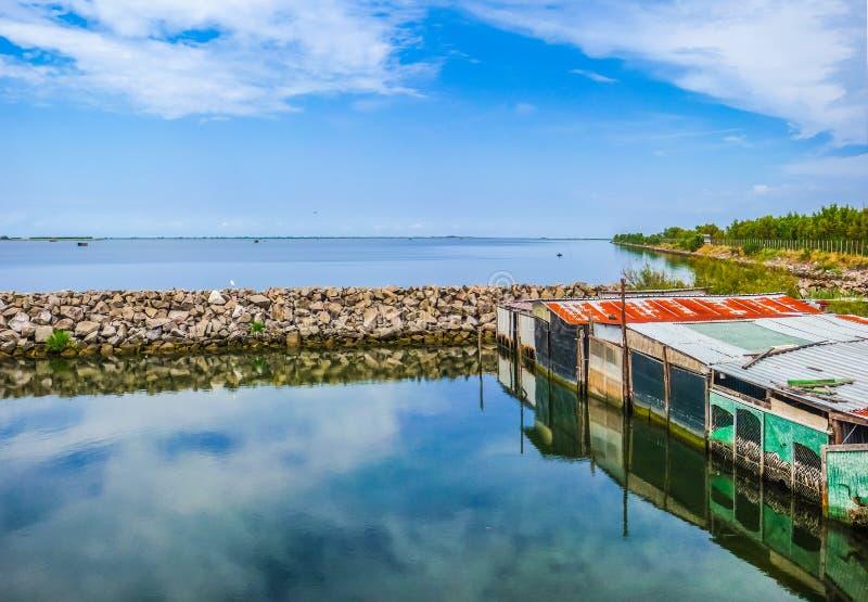 Paisaje marino tranquilo con las chabolas, Delta del Po, mar adriático, Italia imágenes de archivo libres de regalías
