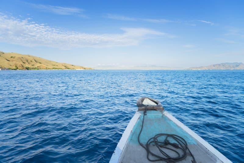 Paisaje marino tropical hermoso de un barco de madera foto de archivo libre de regalías