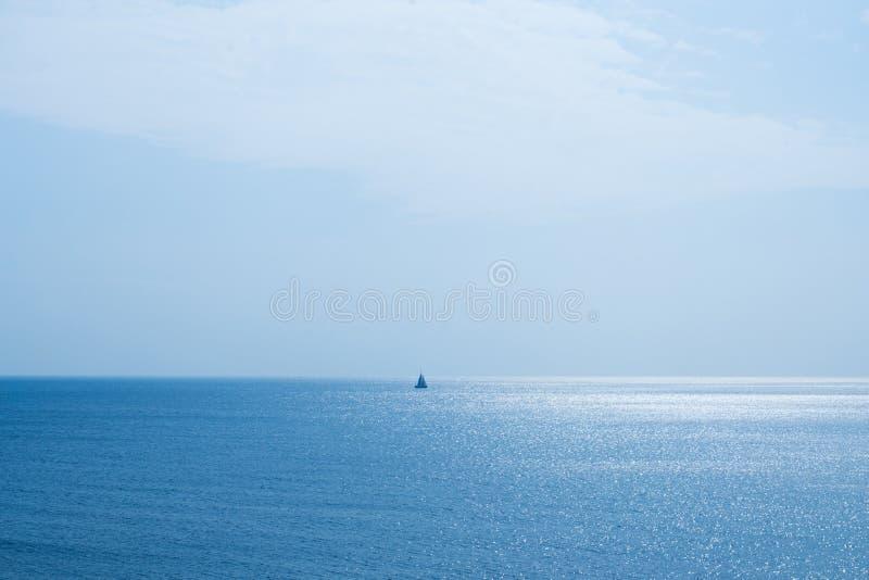 Paisaje marino y un barco de navegación fotografía de archivo