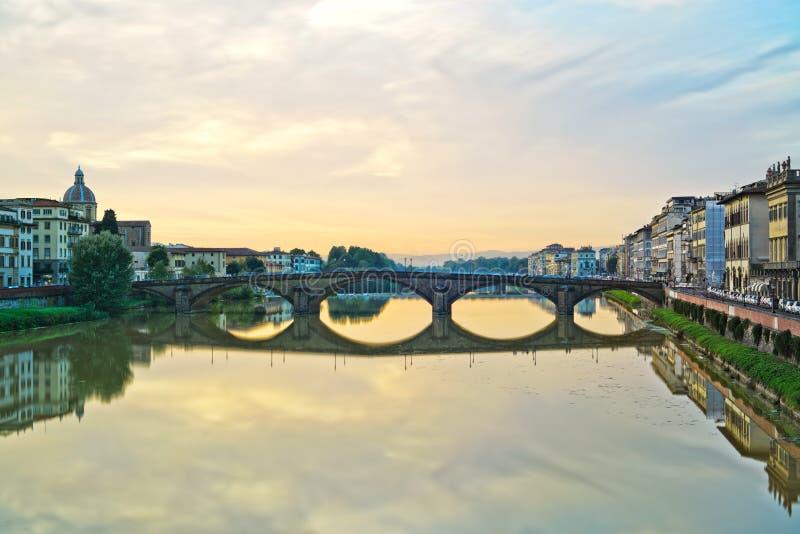 Paisaje medieval de la puesta del sol del puente de Carraia. Florencia foto de archivo
