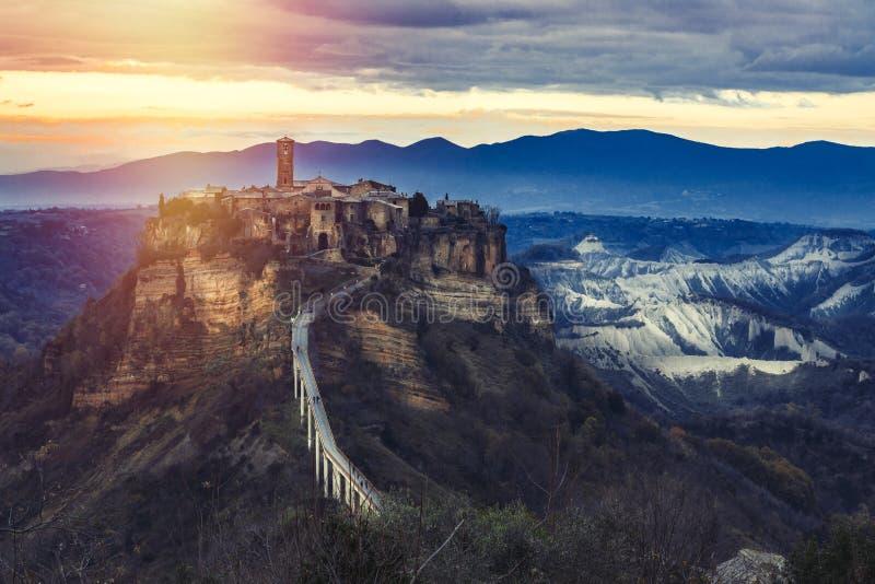 Paisaje medieval Pueblo de montaña antiguo Italia fotos de archivo
