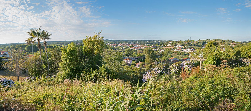 Paisaje mediterráneo con la vista al pueblo de los colares, área del sintra, Portugal foto de archivo libre de regalías