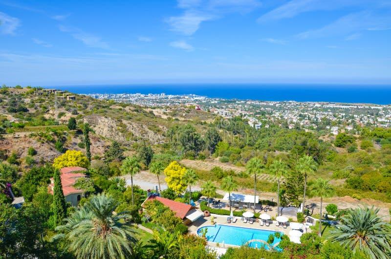 Paisaje mediterráneo de Paradise en la región de Kyrenia, Chipre septentrional admitido verano tardío con los edificios y los com fotos de archivo