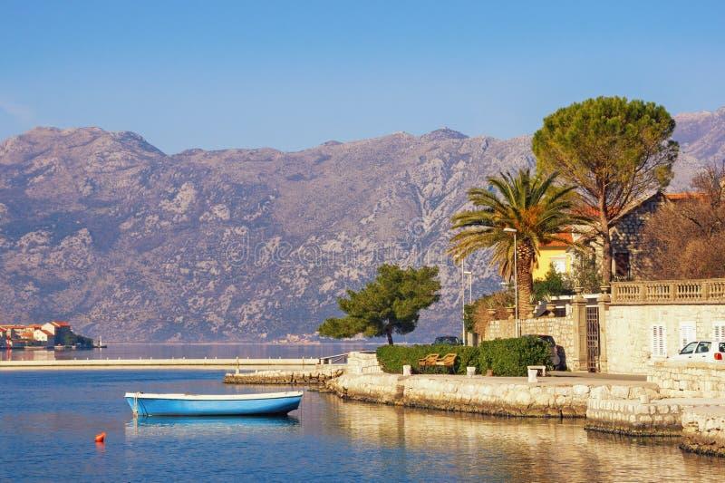 Paisaje mediterráneo del invierno hermoso Montenegro, mar adriático, bahía de Kotor, ciudad de Dobrota fotografía de archivo libre de regalías