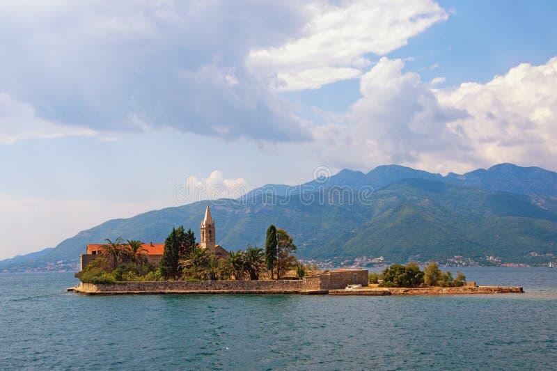 Paisaje mediterráneo del verano hermoso Montenegro, bahía de Kotor, vista de la isla de nuestra señora de la misericordia imagen de archivo