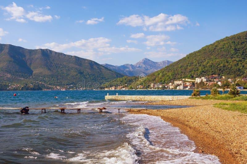Paisaje mediterr?neo hermoso en un d?a de primavera soleado Montenegro, mar adri?tico, vista de la bah?a de Kotor cerca de la ciu imágenes de archivo libres de regalías